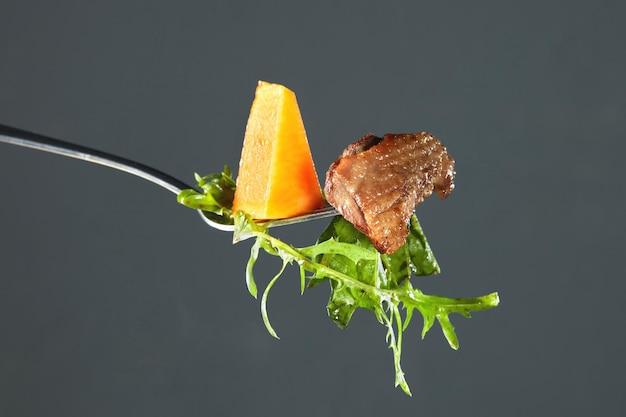 구운 호박, 오리 고기 조각, arugula 포크