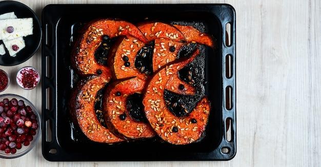 チーズ、クランベリー、ヒマワリの種とハーブで焼いたカボチャ