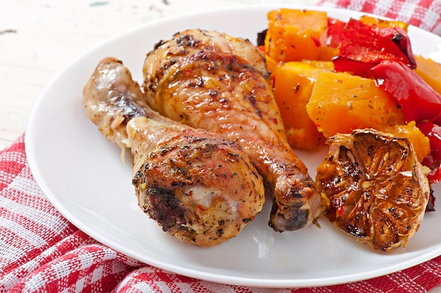 Запеченная тыква с курицей и паприкой