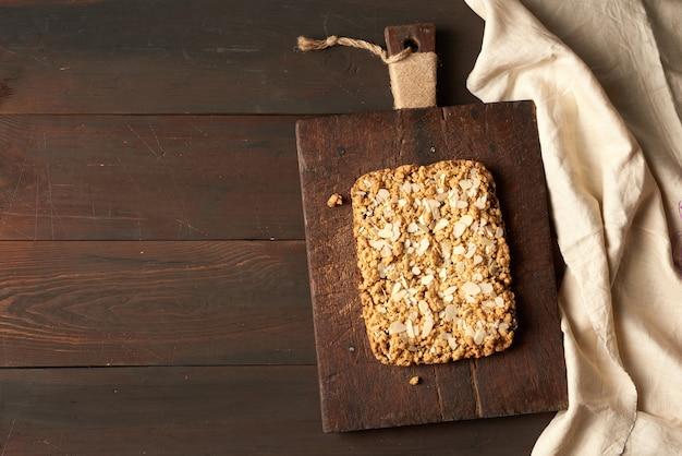 Запеченный прямоугольный крошечный торт с фруктовой начинкой на деревянной доске