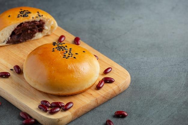나무 절단 보드에 구운 된 팥 페이스트 빵