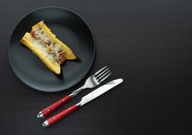 Испеченный зрелый банан с сандвичем гуавы и сыра типичная колумбийская концепция еды. копировать пространство
