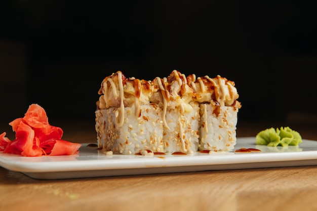 エビの焼きロール。伝統的な寿司屋の料理、メニューアイテム。全国日本料理の前菜。