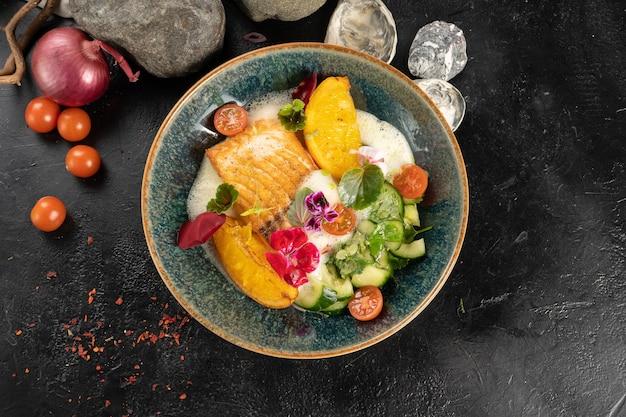 Запеченное филе лосося с обжаренным апельсином и битым огурцом
