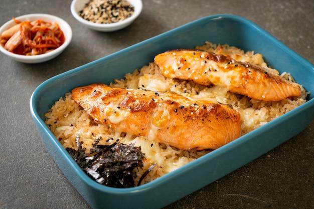 Запеченный лосось с сыром и острым рисом мисо