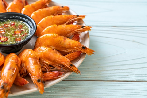 Запеченные соленые креветки или креветки с острым соусом из морепродуктов - морепродукты