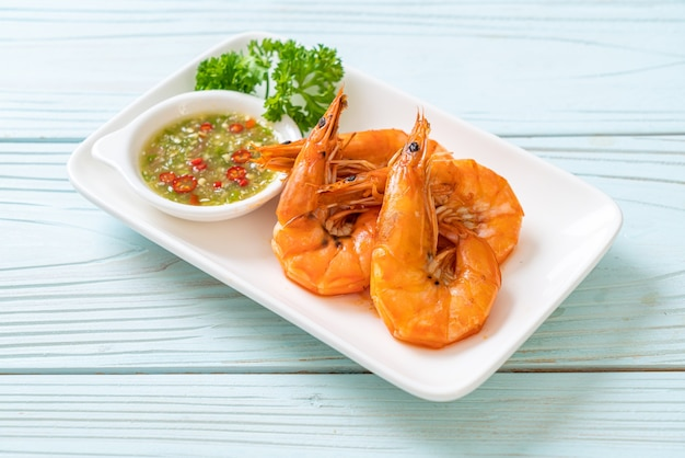 해산물 매운 소스를 곁들인 소금에 절인 새우 또는 새우 구이-해산물 스타일