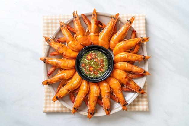 Запеченные соленые креветки или креветки с острым соусом из морепродуктов