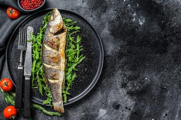 Запеченный морской окунь с рукколой, сибас на гриле
