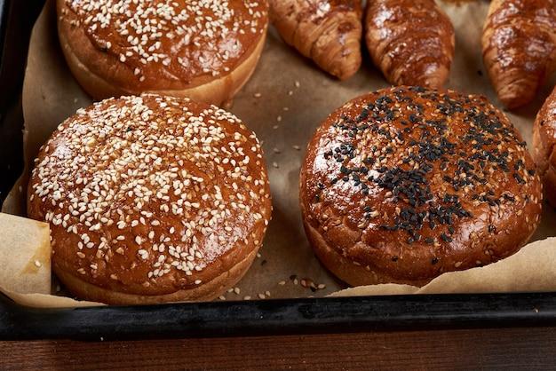 茶色の羊皮紙に焼きごまパン