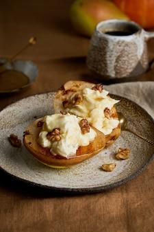 Запеченная нарезанная груша с сыром рикотта, грецкими орехами, медом и кофе, вкусный осенний десерт