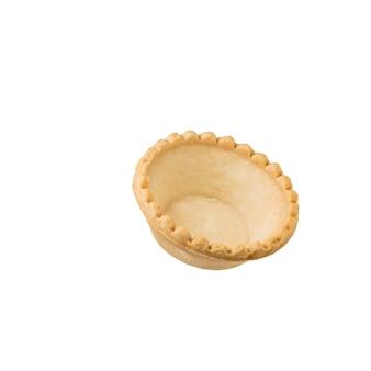 白い表面に隔離された焼き菓子バスケット。おやつ用の焼き菓子。
