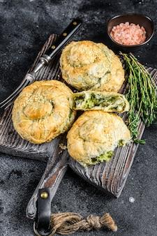 페타 치즈와 시금치를 곁들인 구운 스파 나코 피타 스파이럴 필로 페이스트리 퍼프 파이