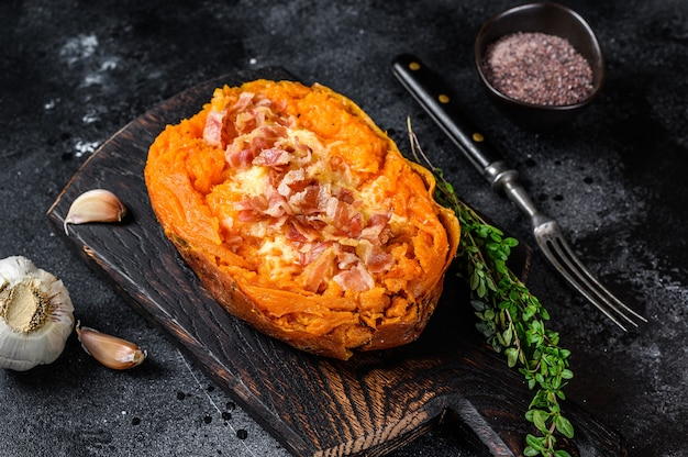 牛ひき肉とチーズを詰めた焼き芋山芋。