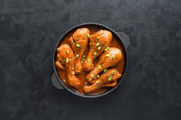 Запеченный цыпленок тандури, вкусная индийская кухня. вид сверху.
