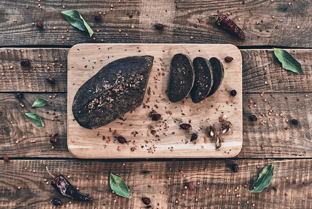 Испеченный до совершенства. свежеиспеченный хлеб под высоким углом