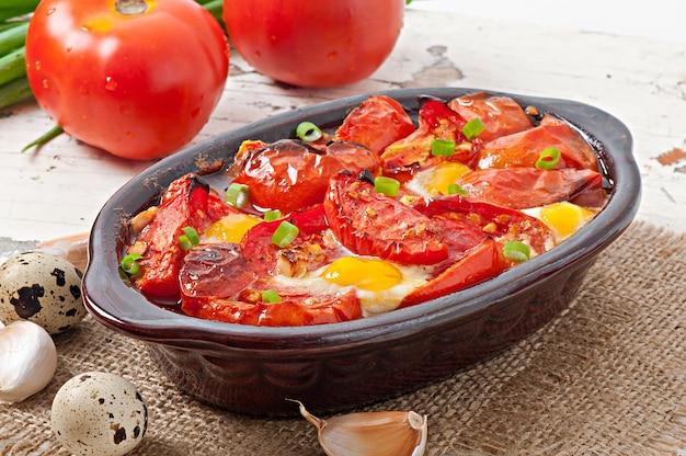 Pomodori al forno con aglio e uova decorate con cipolle verdi