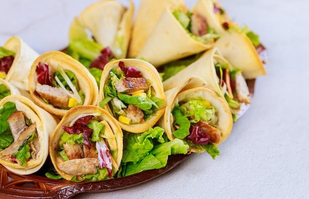 Запеченные лепешки с салатом и мясом на белом столе