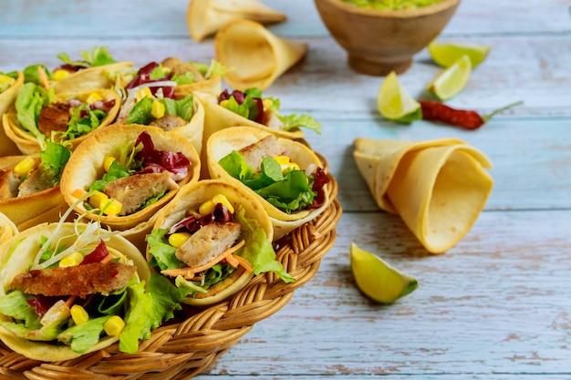 Запеченные лепешки с салатом и мясом