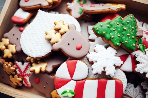 伝統的なクリスマスの自家製ジンジャーブレッドクッキーを焼きました。