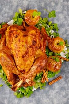 キャラメルアップルとクローバーの葉を添えた焼き七面鳥。