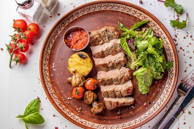 仔牛のグリル、グリル野菜、マッシュルーム、チリソース、レストランの料理、上面図、水平方向