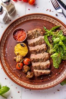 仔牛のグリル、グリル野菜、マッシュルーム、チリソース、レストランの料理、上面図、縦向き
