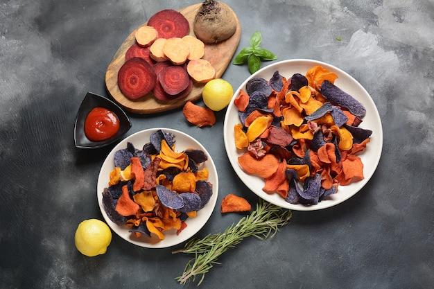 Запеченные овощные чипсы - гранатовый сладкий картофель, фиолетовый сладкий картофель, морковь и свекла.