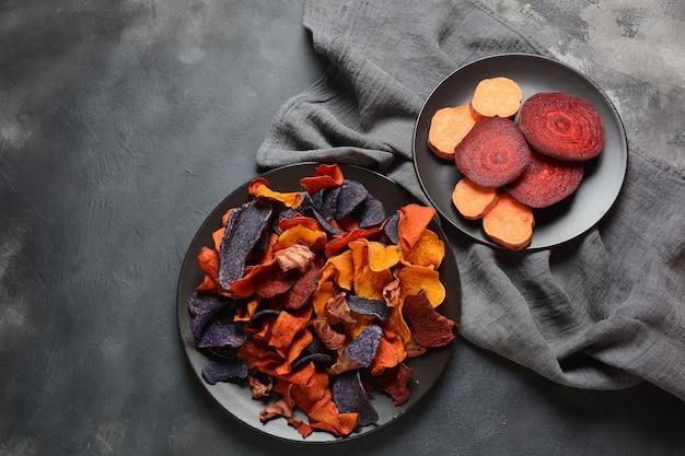 焼き野菜チップス-パープルガーネットサツマイモ、ニンジン、ビートルート。