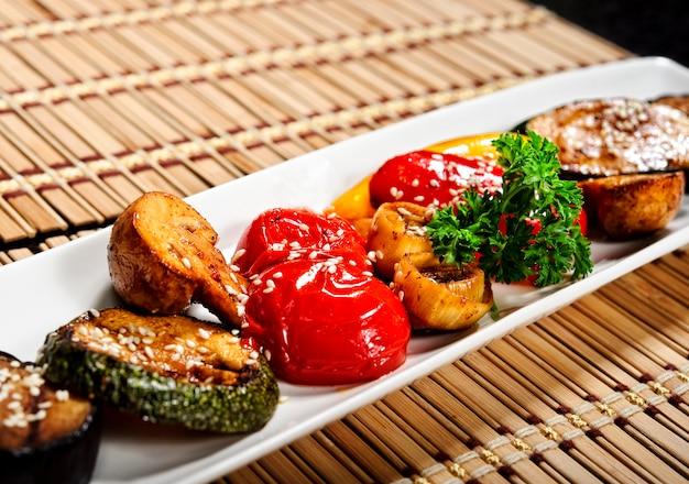 焼き野菜:ジャガイモ、ズッキーニ、ナスの皿。ベジタリアンフード。