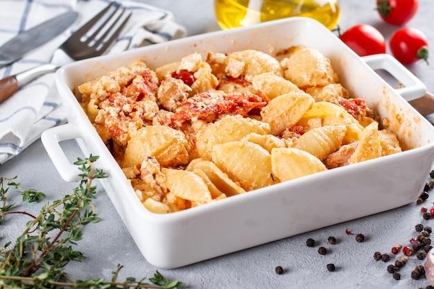 Запеченные овощи с сыром фета, оливками, луком, прованскими травами, оливковым маслом, специями и помидорами.