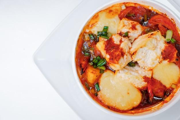 焼き野菜のズッキーニとトマトとチーズ。パスをクリッピングすることにより、白で分離されます。閉じる