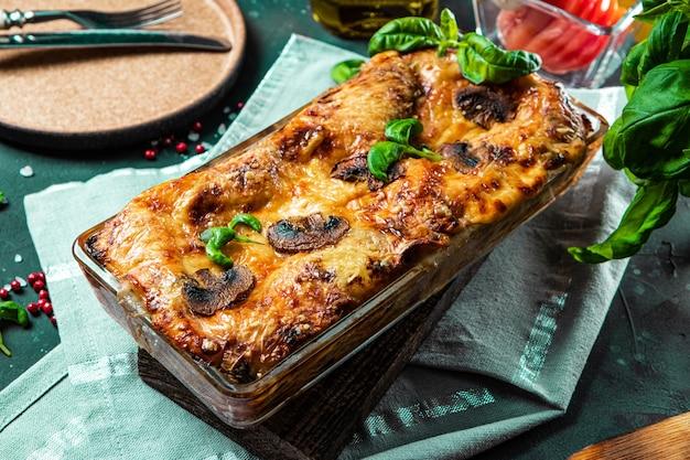 버섯과 바질을 곁들인 구운 채식 라자냐