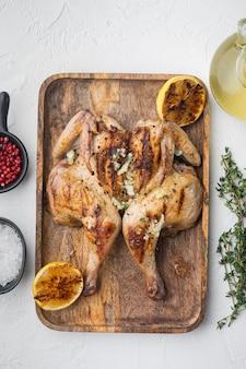 흰색 테이블에 구운 전체 닭고기, 평면도