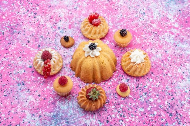 Deliziose torte al forno con panna insieme a diversi frutti di bosco sulla scrivania leggera, torta biscotto bacca dolce infornare tè