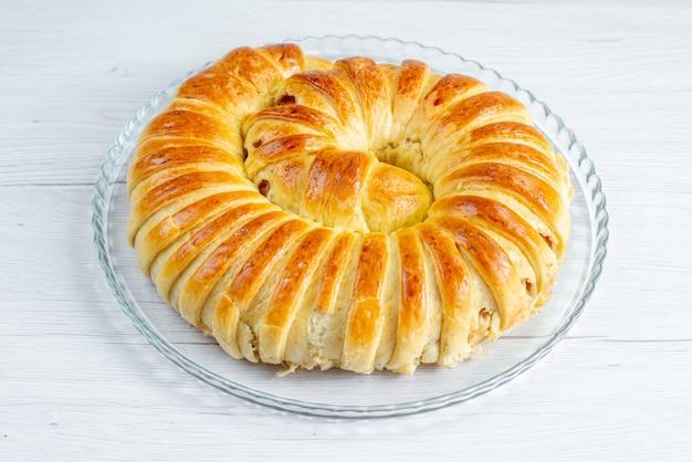 軽いペストリービスケットの甘い焼き砂糖のプレートの内側に形成された焼きたてのおいしいペストリーバングル