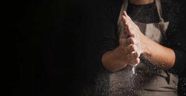 Бейкер очищает руки от муки