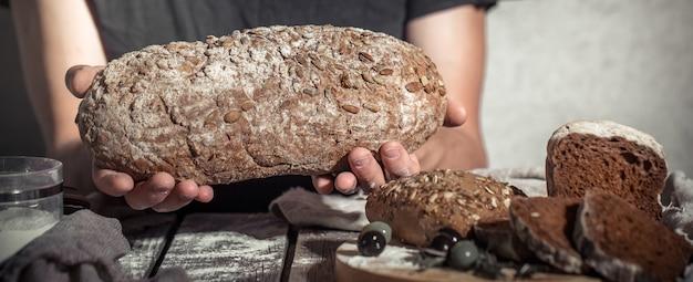 焼きたてのパンを手に持つパン屋