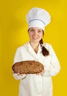 新鮮なパンを持っているパン屋