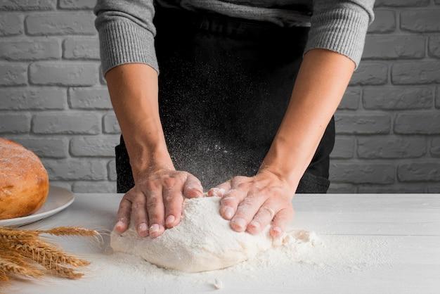 Baker impastare la farina sul bancone