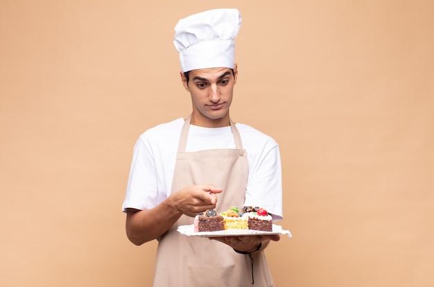 Шеф-повар человека пекаря готовит