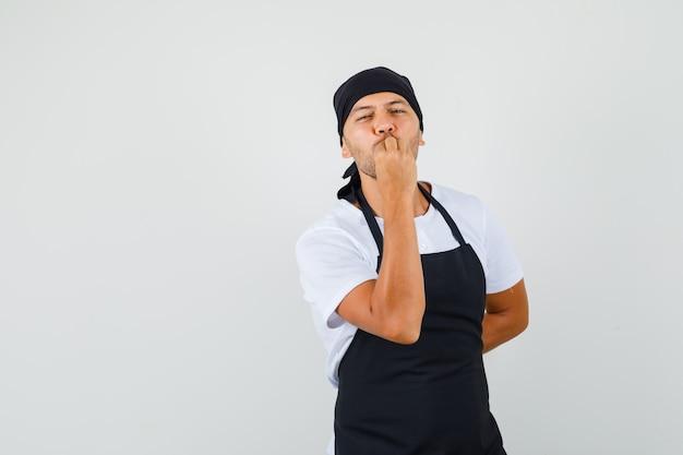베이커 남자 t- 셔츠에서 맛있는 제스처를 만들기