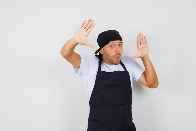 Uomo del panettiere che fa gesto di resa in maglietta