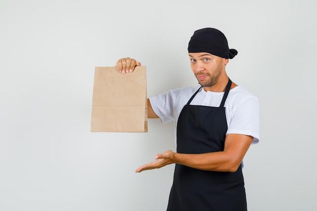 베이커 남자 티셔츠에 종이 봉지를 보여주는