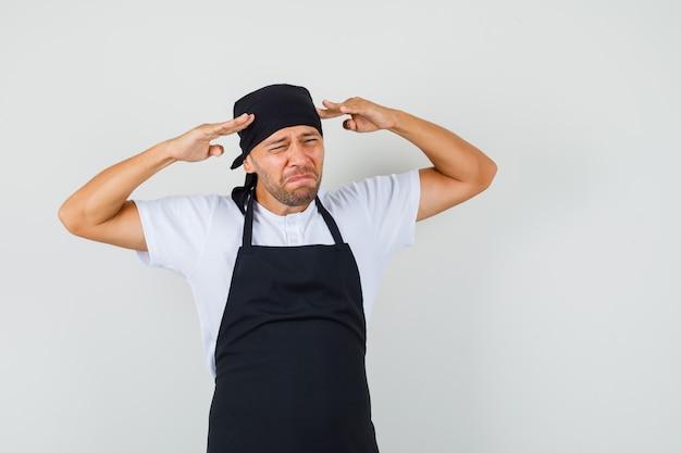 Uomo del panettiere che soffre di forte mal di testa in t-shirt