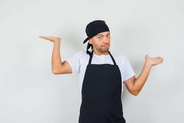 Uomo del panettiere in t-shirt, grembiule che fa il gesto delle scale