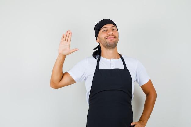 베이커 남자 t- 셔츠에서 인사말 손을 흔들며