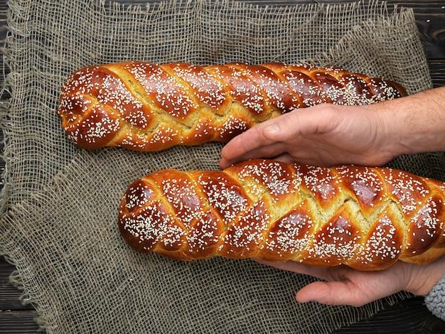 베이커는 부활절 challah 빵을 넣습니다