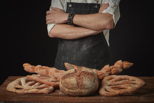 갈색 나무 테이블에 유기농 빵의 구색과 베이커