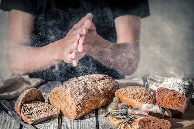 小麦粉を手に持つパン屋